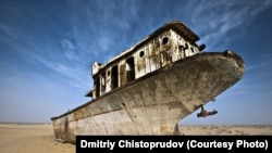 Брошенный корабль на высохшей части Аральского моря. Фото Дмитрия Чистопрудова.