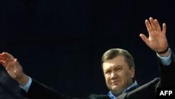 Виктор Янукович, по общему убеждению, место во втором туре себе уже обеспечил.
