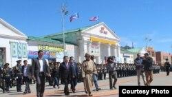 В центре - Цахиагийн Элбэгдорж, действующий президент Монголии, во время визита в аймак Баян-Улгий. 6 июня 2013 года.