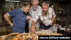 Геннадий Самохин (п) с коллегами изучает останки животных из пещеры возле поселка Зуя