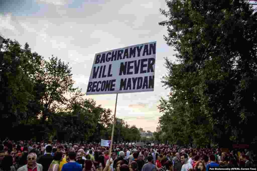 Деякі протестуючі наголошують, що не хочуть асоціювати себе з Майданом, тому є і такі плакати Фото від 26 червня