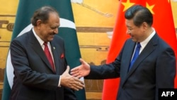 Pakistan President Mamnoon Hussain (L) meeting Chinese President Xi Jinping in Beijing, February, 2014.