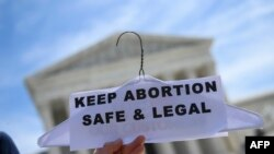 Активисти за правото на аборт протестират пред сградата на Висшия съдебен съвет във Вашингтон
