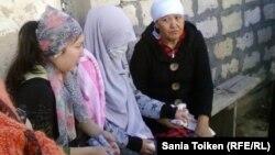 Жена погибшего при взрыве Нурлыбека Сакауова (в центре). Атырау, 12 сентября 2012 года.