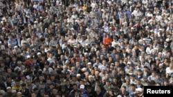 Etniki özbekler Gyrgyzystanyň Jalalabad şäherinde ýöriş geçirýärler. 10-njy aprel, 2010 ý.