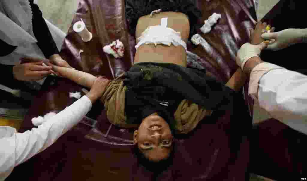 Пакистанера Пешаварехь вала раваьллачу стага динчу эккхийтарехь чевнаш хилла кIантана дарба лелош ду дарбан хIусамехь. 03.15.2014(epa/Arshad Arbab)