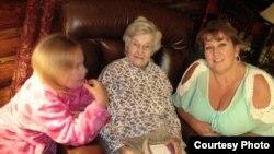 Вся семья в сборе - Анжелина, Харриет и Тони
