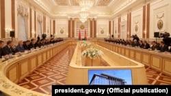 Беларус президенти Александр Лукашенка иштирокидаги ҳукумат мажлиси, Минск, 2020 йил 4 июни.