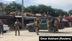 مأموران امنیتی در نزدیکی مسجد «التقوا» در کابل