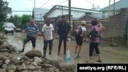 После схода сели населенном пункте Карагайлы Наурызбайского района Алматы, 23 июля 2015 года.