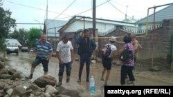 Сел өткен Қарағайлы елді мекені тұрғындары. Алматы, 23 шілде 2015 жыл.