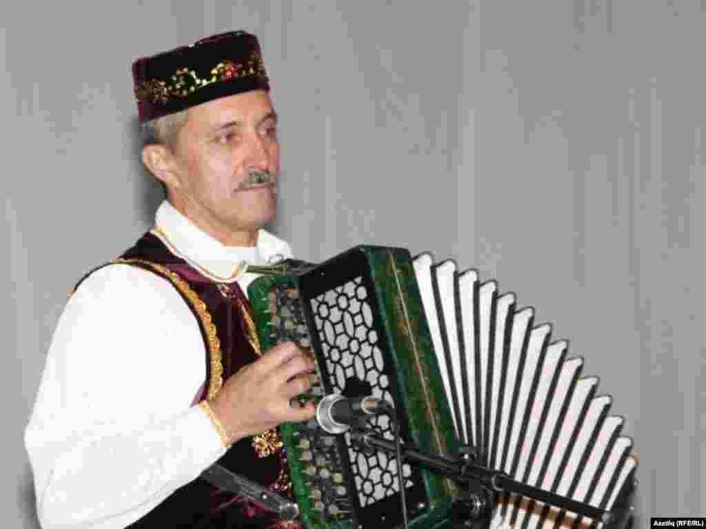 """Таң йолдызлары"" ансамбленең музыка җитәкчесе Салих углы Рәшид Сабиров."