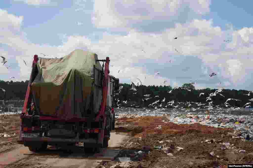 Мусор на полигон выгружается навалом. Затем специальная техника его уплотняет. Эффект уплотнения достигается такой же, как и в результате брикетирования. Отходы укладываются в виде слоеного пирога: слой мусора в 2,5 метра, затем 25-сантиметровый слой грунта и так далее.