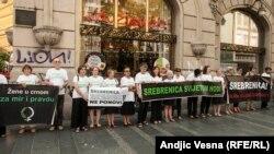 Демонстрация в Белграде в память жертв массового убийства в Сребренице