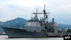 Корабль Военно-морских сил США Monterrey в грузинском морском порту Батуми.