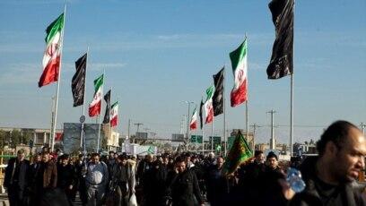 زائران ایرانی در حال عبور از مرز ایران و عراق برای شرکت در راهپیمایی اربعین