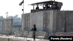 Сотрудник сил безопасности Афганистана у места, где было совершено вооружённое нападение. Джелалабад, 6 марта 2019 года.