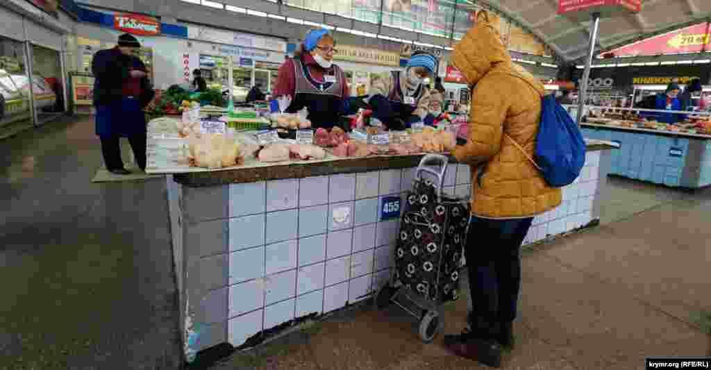 На Куйбышевском рынке в Симферополе, согласно распоряжению российского правительства Крыма, все продавцы– в масках