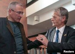 Михаил Ходорковский и бывший глава Меджлиса крымских татар Мустафа Джемилев на конференции