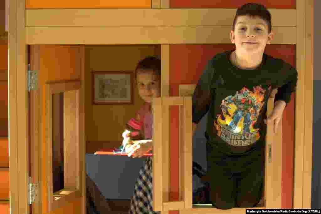 Артем та Валерія визирають із будиночку, вхід до якого – «лише для дітей»