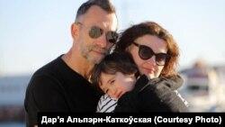 Гештальт-тэрапэўт, псыхоляг Дар'я Альпэрн-Каткоўская зь сям'ёй