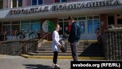 Волонтер в Гродно передал медицинскому работнику сшитые добровольцами средства защиты.