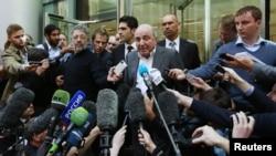Boris Berezowskiý (ortada) Londonda Roman Abramowiçe garşy öz şikaýaty boýunça geçirilen sud prosesi özi üçin şowsuz tamamlanandan soň, žurnalistlere interwýu berýär. London, 31-nji awgust, 2012.