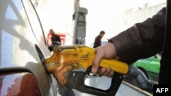 Заправка автомобиля топливом на АЗС. Иллюстративное фото.