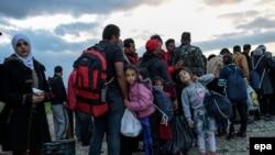 Migrant në Maqedoni pasi e kanë kaluar kufirin nga Greqia