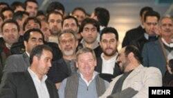کلمنته پس از سفر به ايران، قرارداد خود را با فدراسيون فوتبال امضا کرد. عکس از مهر