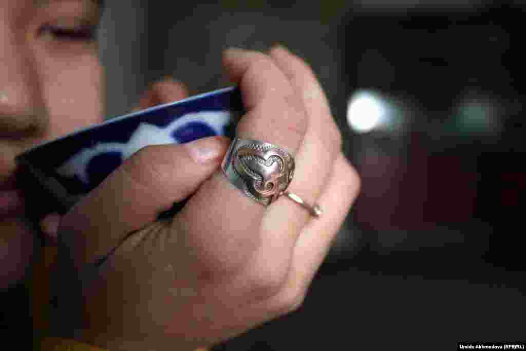 Кольца на руке Жанар.