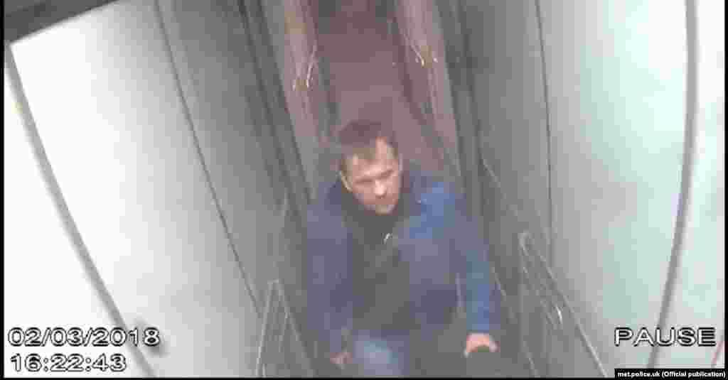 """Человек, которого мы знаем под именем """"Петров"""", в лондонском аэропорту Гэтвик. Кадр с камеры слежения, 2 марта, 16:22."""