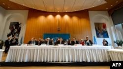 أمين عام الأمم المتحدة بان كي مون يتوسط طاولة مؤتمر (جنيف 2) في مونترو بسويسرا