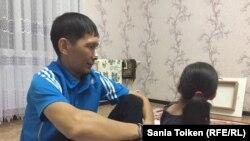 Максат Досмагамбетов с дочерью. Жанаозен, 30 сентября 2017 года.