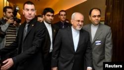 Глава МИД Ирана Джавад Зариф (второй справа) прибыл в Швейцарию для переговоров по ядерной программе. Женева, 22 ноября 2013 года.