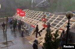 """Демонстранты с флагами оппозиционной партии """"УДАР"""" у баррикады на одной из улиц Киева. 2 декабря 2013 года."""