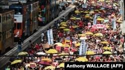 شماری از معترضان چترهای زردرنگی همراه داشتند؛ نماد اعتراضات هواداران دمکراسی و مخالفان نفوذ چین