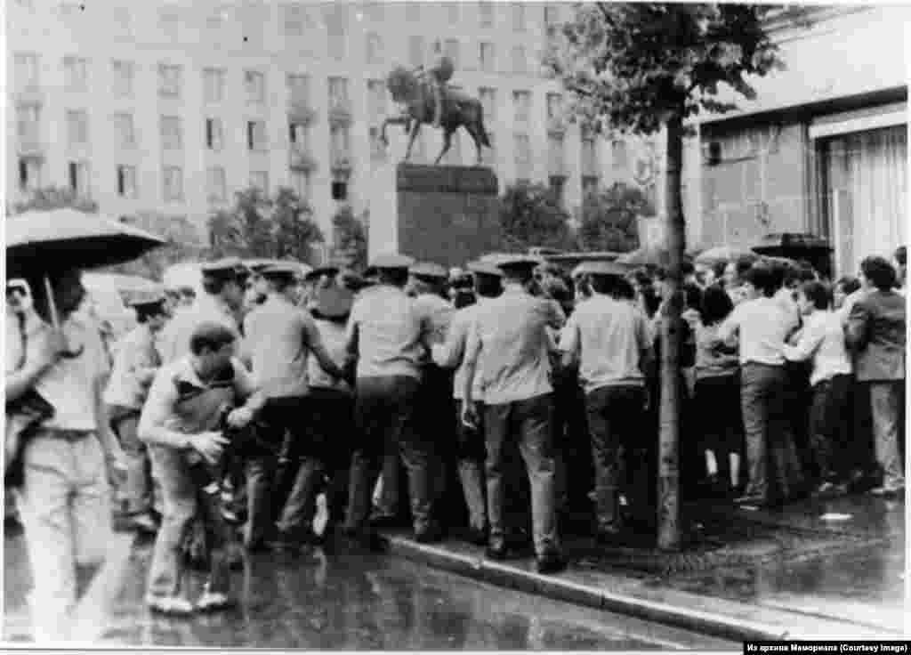 1988 елның 28 августында Мәскәү шәһәр шурасы бинасы янында кырымтатарлар демонстрациясе.