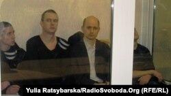 Обвинувачені в дніпропетровських терактах у залі суду, Дмитро Рева (другий зліва), 17 січня 2013 року
