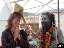 Үндістанға келген шетелдік турист әйел жергілікті діни салт-жоралғымен бата алып тұр. Харидуар, 11 ақпан 2010 жыл.
