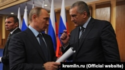 Президент России Владимир Путин и глава Крыма Сергей Аксенов (архивное фото)