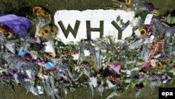 گل و کاغذنوشتهای با پرسش «چرا» در پایگاهی در هلند که اولین گروه از اجساد قربانیان به آنجا منتقل شده است