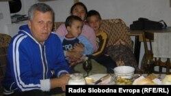 Семјство Стојчевиќ. Сопругот Свето, неговата жена Ниен од Талјанд и нивните деца Тома и Лома.