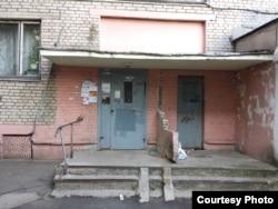 Пад'езд дома, на Прытыцкага, 6, дзе жыў М. Стральцоў (фота Васіля Дэ Эм)