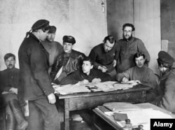 Кронштадтский матрос на допросе после подавления восстания.