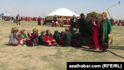 Иллюстративное фото. Празднование Новруза на окраине Ашхабада, 2014 год