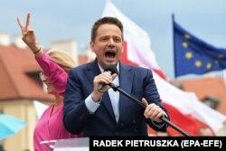 Тшасковський обіцяє зберегти найбільш популярні заходи, здійснені «Правом і справедливістю», включно з виділенням грошей батькам, але він також каже, що не буде співпрацювати з тією партією, допоки вона не відновить незалежність державних ЗМІ.