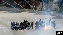 نیروهای ضد شورش ونزوئلا در حال حمله به مخالفان هستند.