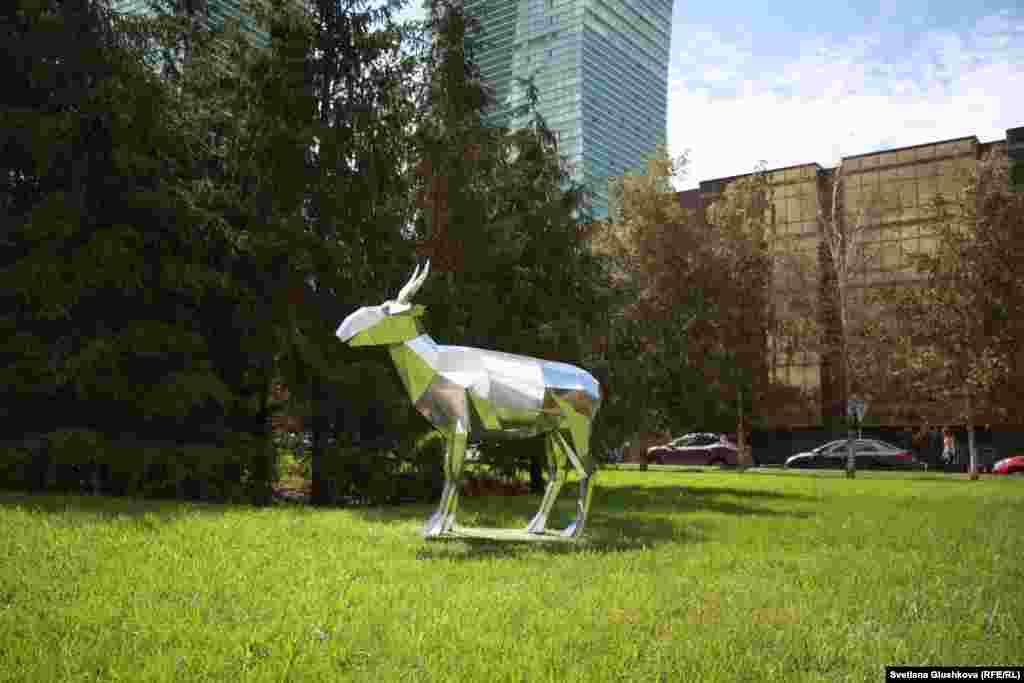 """По словам художника Асхата Ахмедьярова, на выставке представлены """"не вялые работы, и в них есть какая-то скрытая энергия, подтекст"""". Но все работы, как он отмечает, аполитичные."""