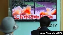 مردم در سئول در حال تماشای برنامه خبری در خصوص آزمایش موشکی اخیر کره شمالی.